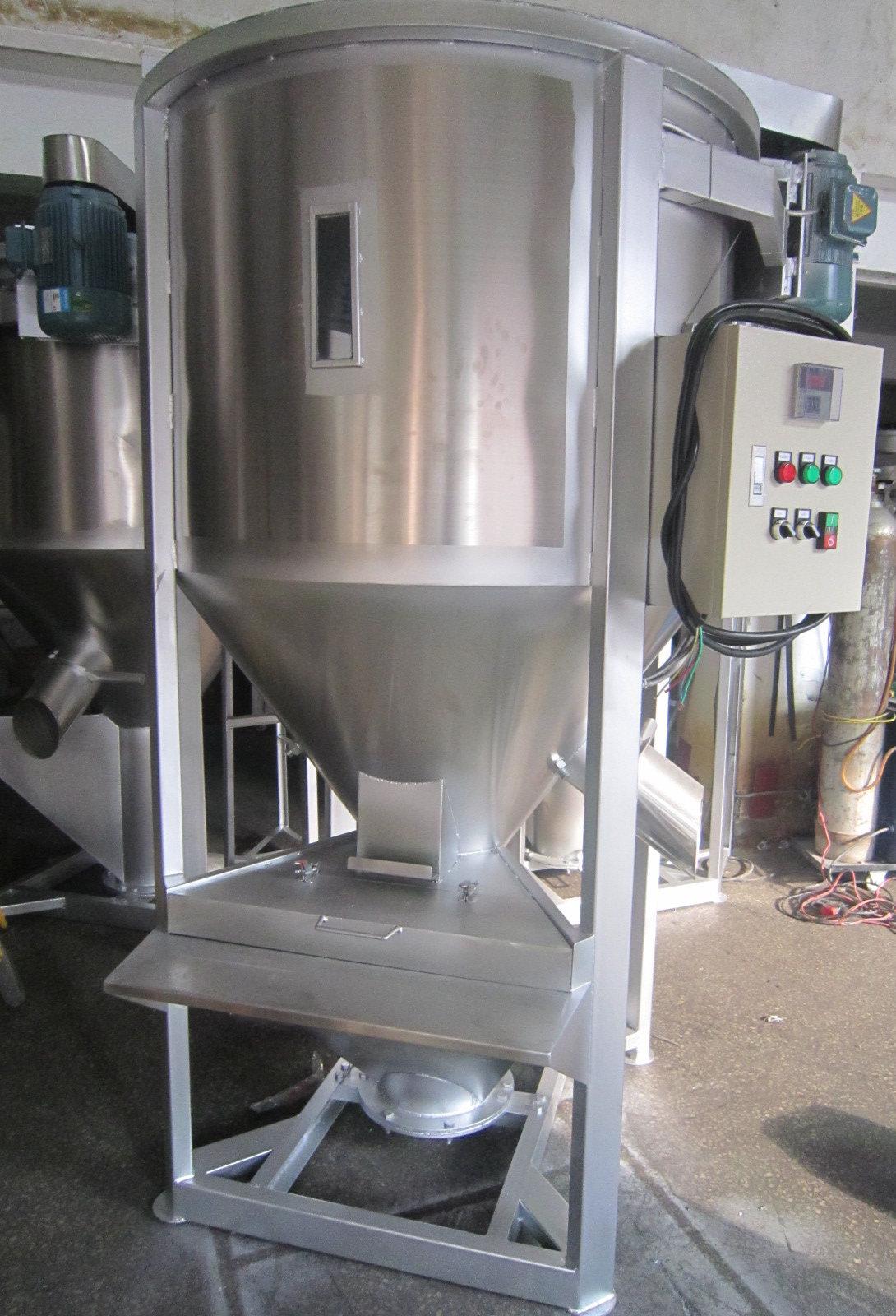 塑料混料机用途 1.塑料混料机,在塑料行业中用于塑料颗粒混合,使不同塑料混合均匀,采用减速电机,并且使塑料混料机在混合的过程中不产生物料的溶解、挥发或变质。 塑料混料机结构特征 1.整体机座,结构坚固、运转平稳,搅拌桨叶及物料接触处全用不锈钢制成,有良好的耐腐蚀性,保持物料的质量和清洁,不致变色。 2.